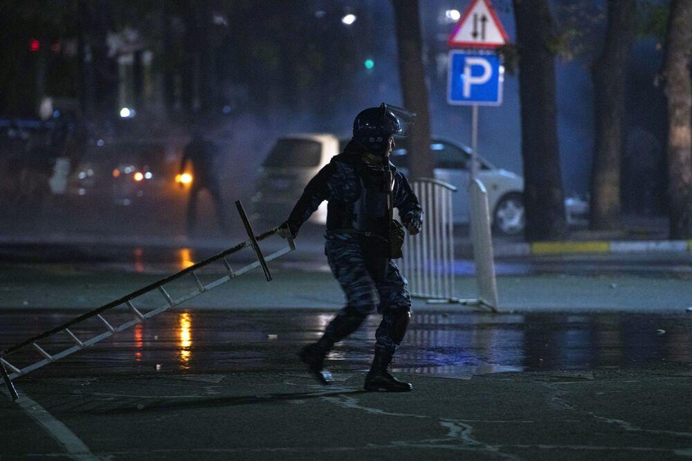 Sempre nel corso della notte un altro gruppo di riottosi ha occupato il municipio della capitale kirghiza; in questo caso l'annuncio è stato dato dal sindaco Aziz Surakmatov