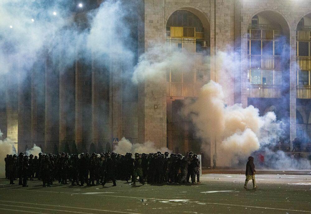 Nella notte i manifestanti avevano liberato l'ex primo ministro Sapar Isakov, condannato per corruzione, e l'ex presidente Almazbek Atambayev