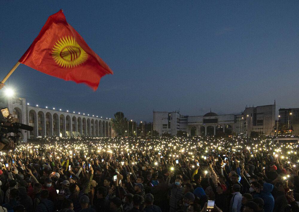 I manifestanti hanno occupato stanotte la sede del Parlamento nella capitale del Kirghizistan, Bishkek, contestando i risultati delle elezioni di domenica scorsa, e liberando l'ex presidente Almazbek Atambayev dalla prigione