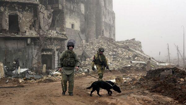 Artificieri russi alla ricerca di mine in una strada di Aleppo - Sputnik Italia