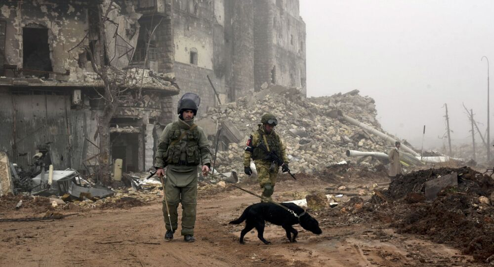 Artificieri russi alla ricerca di mine in una strada di Aleppo