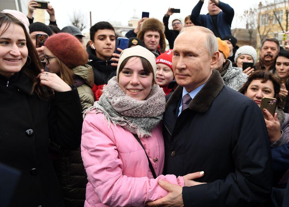Il presidente russo Vladimir Putin con i residenti locali ad Ivanovo, Russia