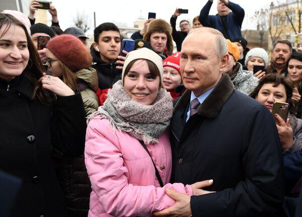 Il presidente russo Vladimir Putin con i residenti locali ad Ivanovo, Russia - Sputnik Italia