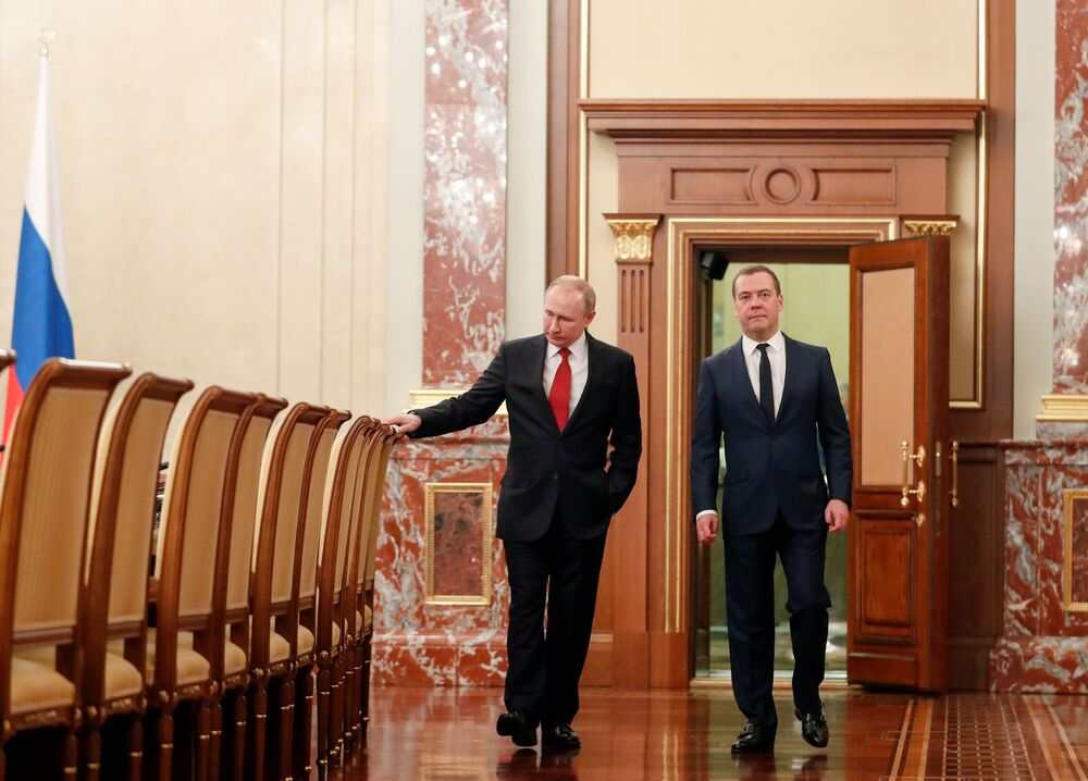 Il presidente russo Vladimir Putin e l'ex primo ministro russo Dmitry Medvedev prima di un incontro con i membri del governo russo