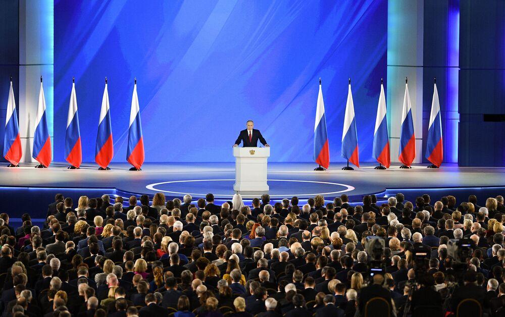 Il presidente russo Vladimir Putin si rivolge all'Assemblea federale, inclusi i legislatori della Duma di Stato, la camera bassa del Parlamento e i membri del Consiglio della Federazione, la camera alta del Parlamento, a Mosca, in Russia