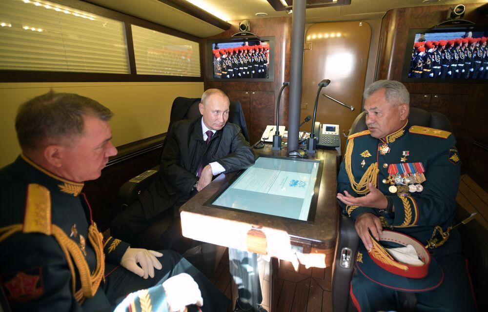 Il presidente russo Vladimir Putin, il ministro della difesa russo Sergei Shoigu (a destra) e il comandante del distretto militare occidentale Alexander Zhuravlev (a sinistra)