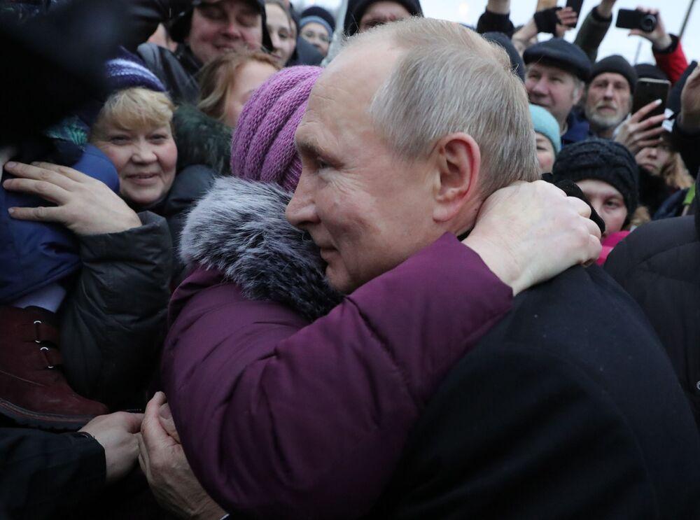 Il presidente russo Vladimir Putin durante un incontro con i residenti di San Pietroburgo