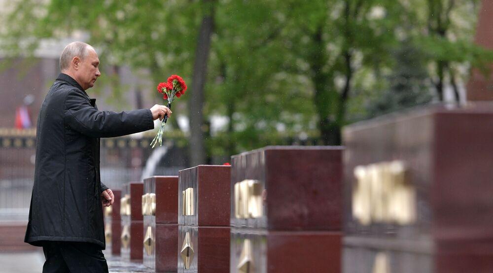 Il presidente russo Vladimir Putin ha deposto fiori sulla tomba del milite ignoto nei giardini di Alessandro