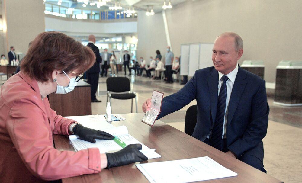 Vladimir Putin durante una votazione sull'approvazione degli emendamenti alla Costituzione