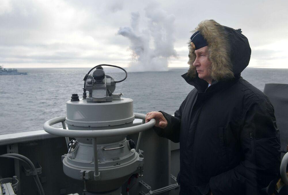 Vladimir Putin osserva le esercitazioni congiunte delle flotte del Mar del Nord e del Mar Nero nel Mar Nero dall'incrociatore missilistico del maresciallo Ustinov