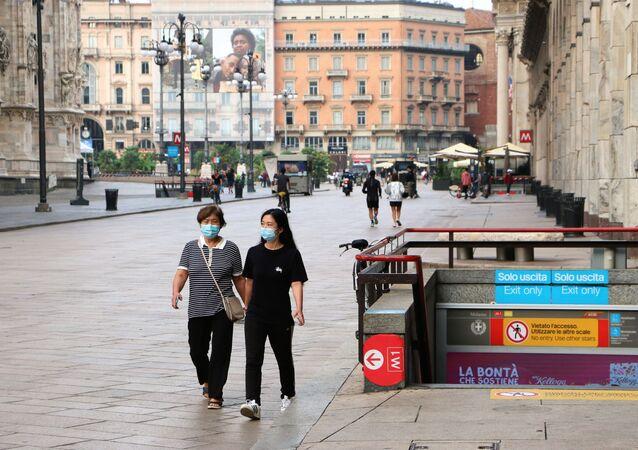 Coronavirus, le persone nelle mascherine protettive in Italia