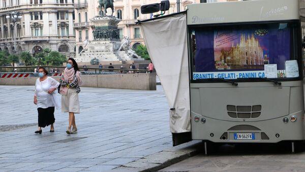 Coronavirus, donne indossano mascherine protettive in Italia - Sputnik Italia