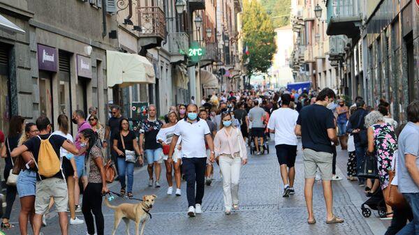 Coronavirus in Italia, la gente indossa le mascherine protettive - Sputnik Italia