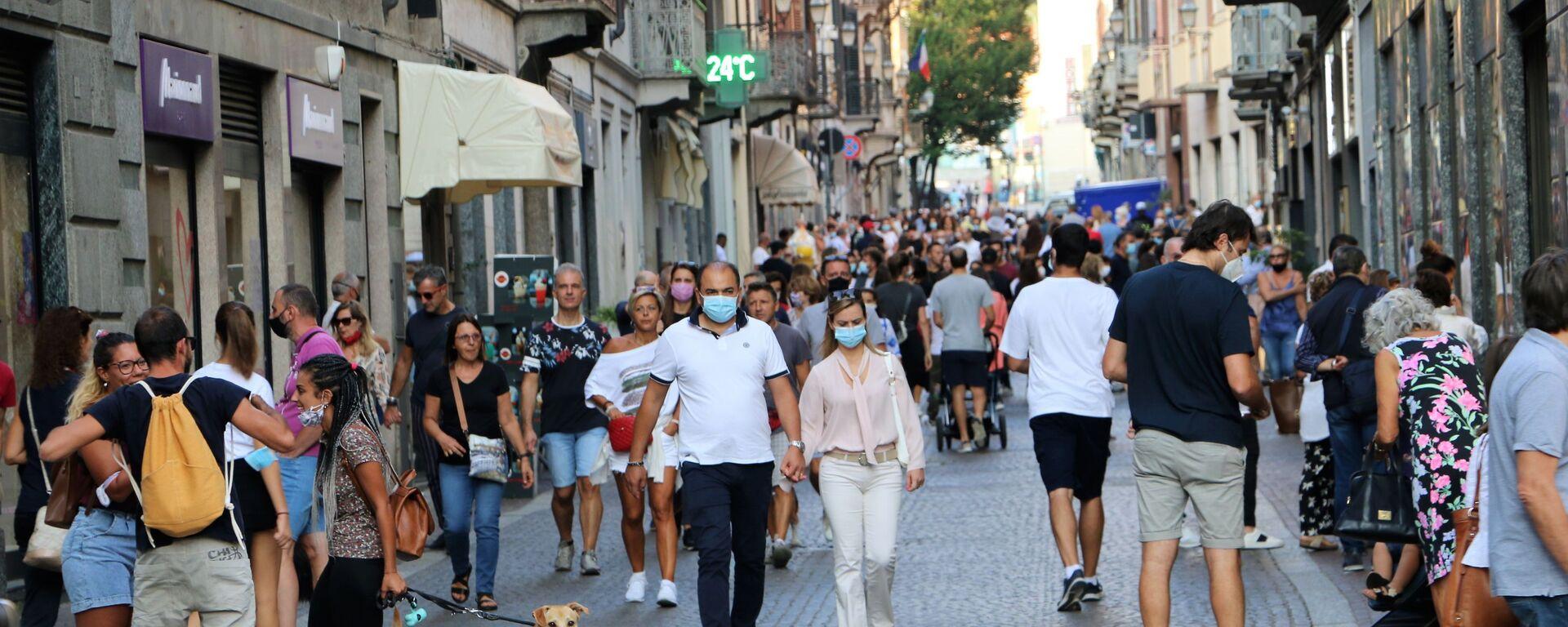 Coronavirus in Italia, la gente indossa le mascherine protettive - Sputnik Italia, 1920, 18.08.2021