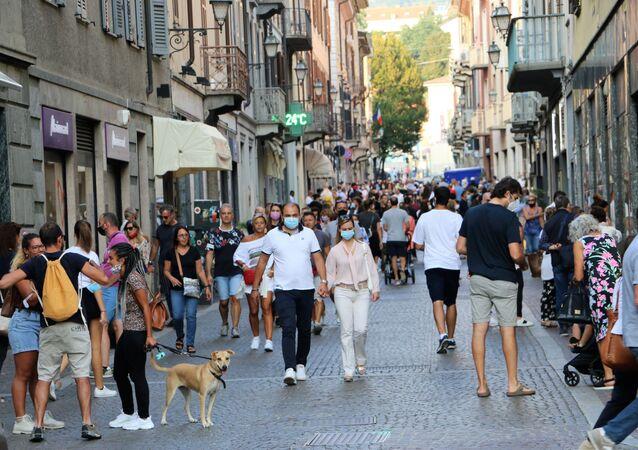 Coronavirus in Italia, la gente indossa le mascherine protettive