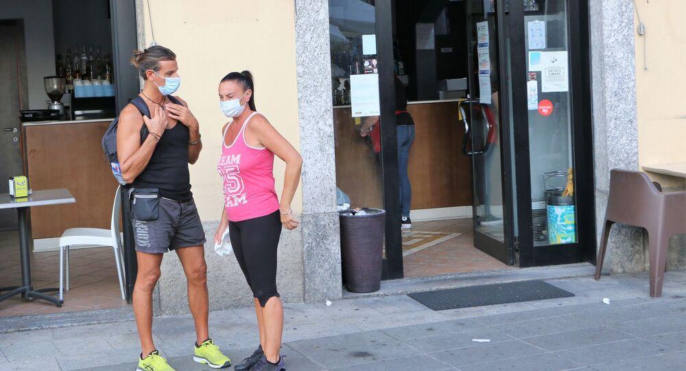Coronavirus, le persone indossano le mascherine protettive in Italia