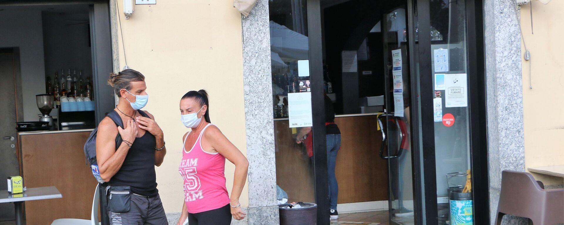 Coronavirus, le persone indossano le mascherine protettive in Italia - Sputnik Italia, 1920, 19.06.2021