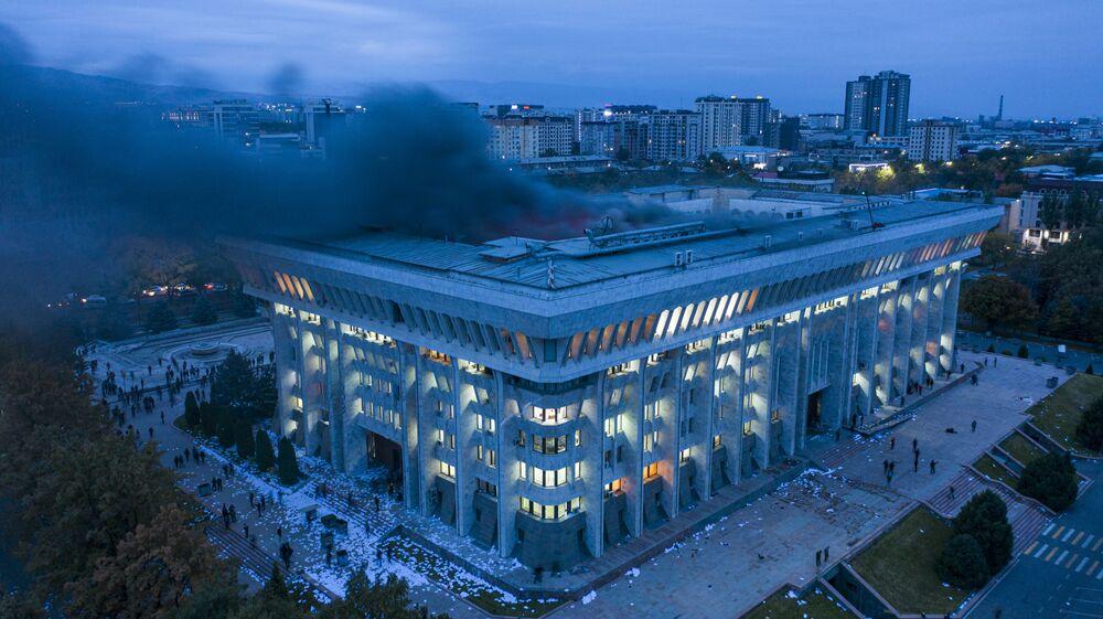 La foto simbolo della protesta a Bishkek: fumo dal parlamento e per terra i faldoni lanciati dalle finestre dagli insorti