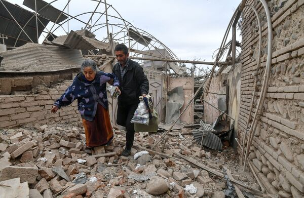 Residenti di una casa distrutta dai bombardamenti della città di Ganja in Azerbaigian - Sputnik Italia