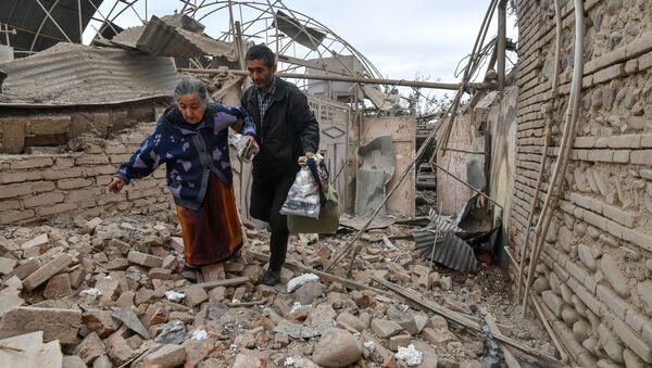 Жители дома, разрушенного в результате обстрела города Гянджа в Азербайджане - Sputnik Italia