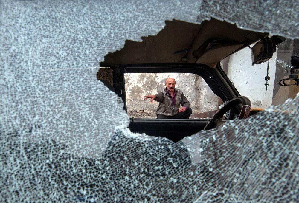 Un'auto danneggiata da un bombardamento a Stepanakert