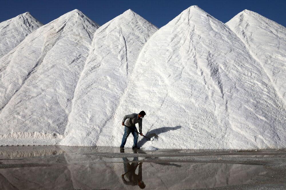 Un operaio dell'impianto di produzione del sale di Koyuncu sul famoso lago turco Tuz ad Ankara, il 6 ottobre 2020