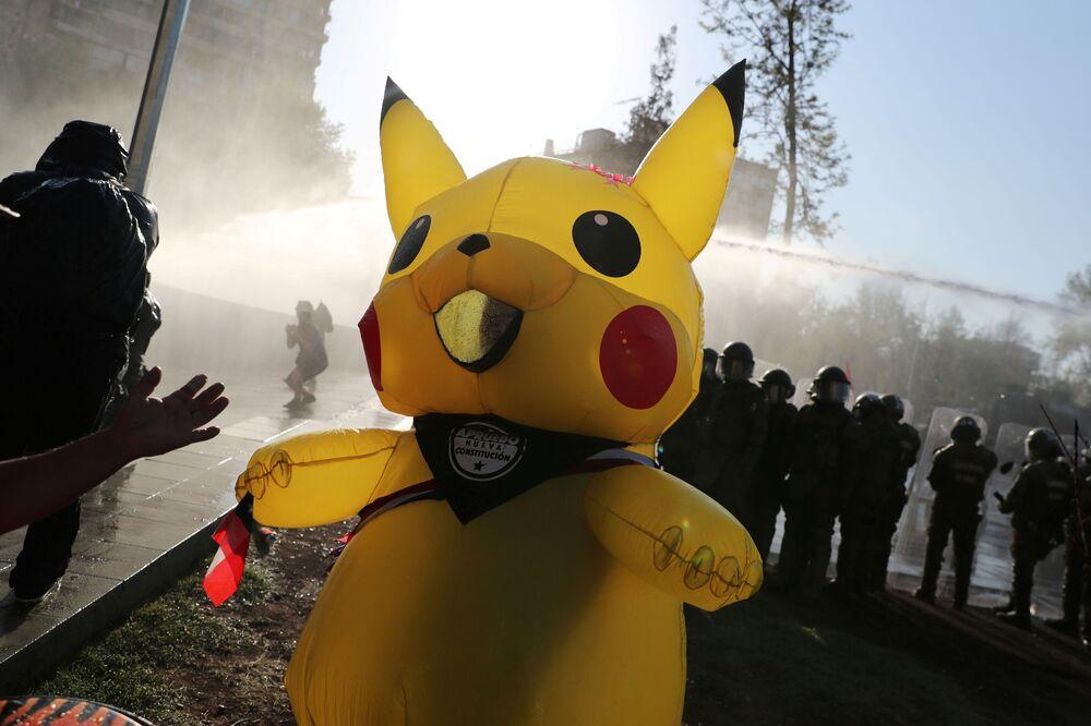 Una persona in costume da Pikachu prende parte a una protesta contro il governo cileno, a Santiago, Cile, il 2 ottobre 2020