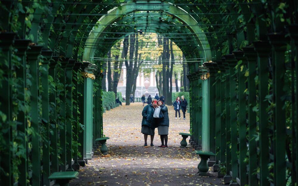 Visitatori nel Giardino d'Estate a San Pietroburgo, Russia