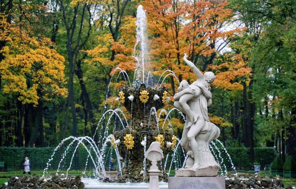 Una fontana nel Giardino d'Estate a San Pietroburgo, Russia
