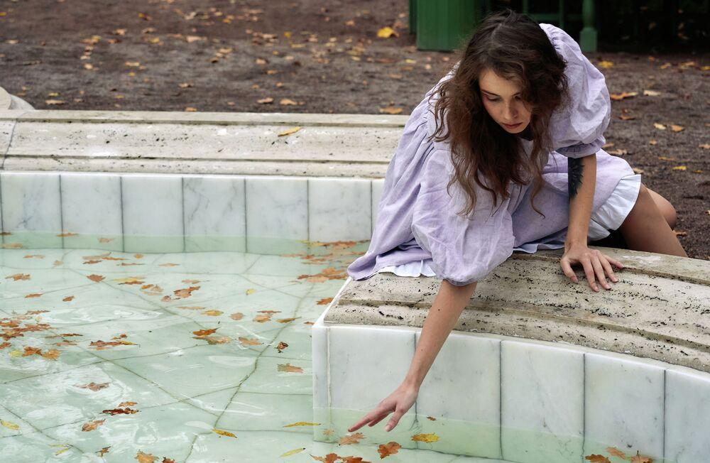 Una ragazza nel Giardino d'Estate a San Pietroburgo, Russia