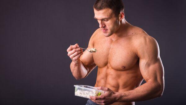 Мускулистый мужчина ест рис - Sputnik Italia