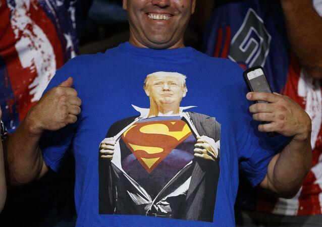 Un sostenitore del presidente Donald Trump indossa una maglietta con l'immagine del presidente nei panni di Superman durante un raduno elettorale alla Williams Arena di Greenville, N.C., mercoledì 17 luglio 2019.