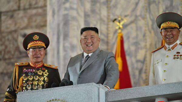 Лидер КНДР Ким Чен Ын на военном параде в честь 75-летия Трудовой партии Северной Кореи - Sputnik Italia