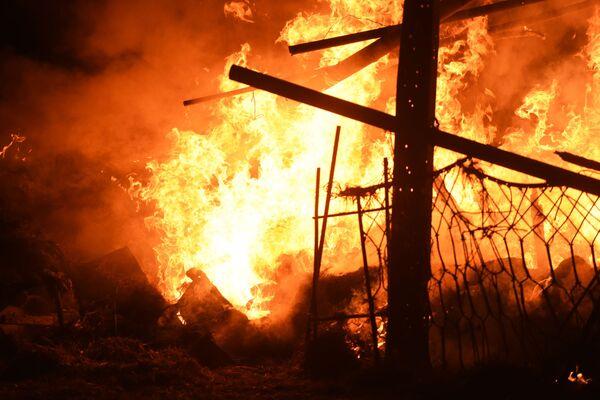 Un capannone di bestiame in una casa privata a Stepanakert ha preso fuoco a seguito dei bombardamenti delle forze armate azere - Sputnik Italia