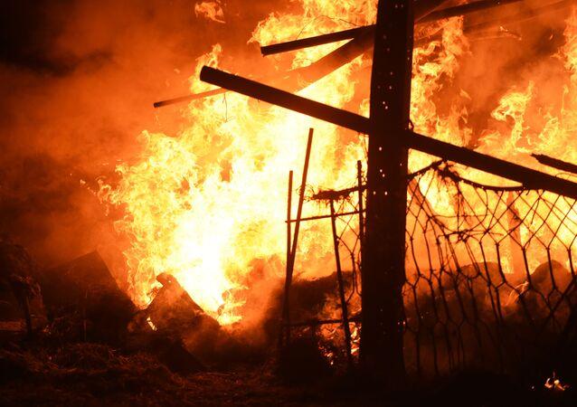Un capannone di bestiame in una casa privata a Stepanakert ha preso fuoco a seguito dei bombardamenti delle forze armate azere
