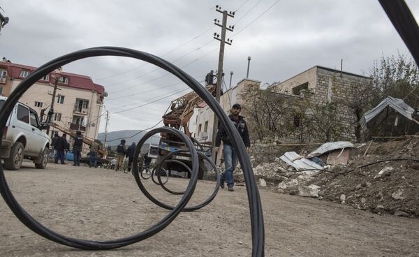 Ricostruzione di reti elettriche danneggiate a seguito del bombardamento di Stepanakert nel Nagorno-Karabakh - Sputnik Italia
