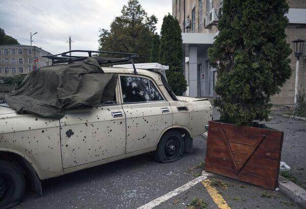 Un'auto danneggiata nel bombardamento di Stepanakert nel Nagorno-Karabakh - Sputnik Italia