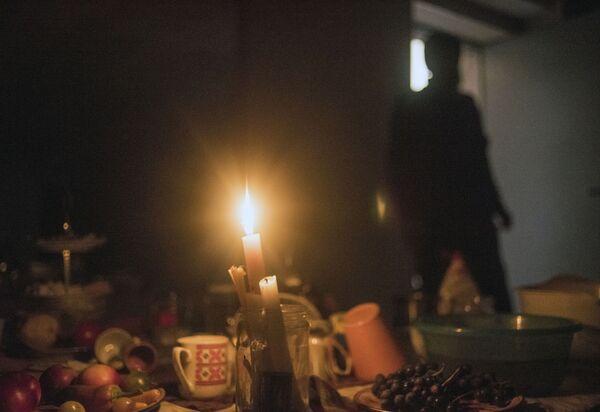 Un uomo nel seminterrato di una delle case dove i residenti si nascondono dal bombardamento di Stepanakert nel Nagorno-Karabakh - Sputnik Italia