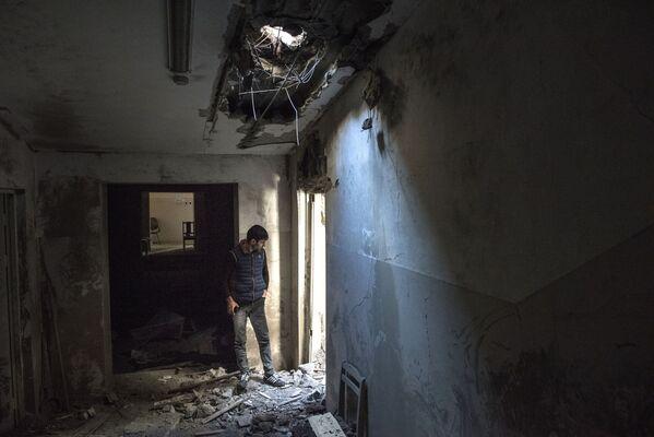 Un residente locale in una casa distrutta nella città di Shushi - Sputnik Italia