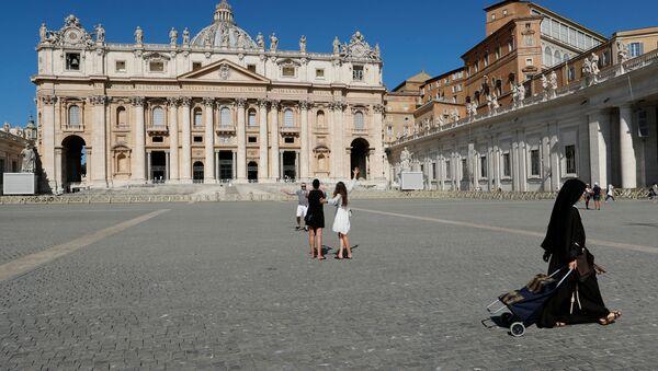 Persone in Piazza San Pietro in Vaticano - Sputnik Italia