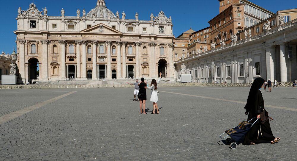 Persone in Piazza San Pietro in Vaticano