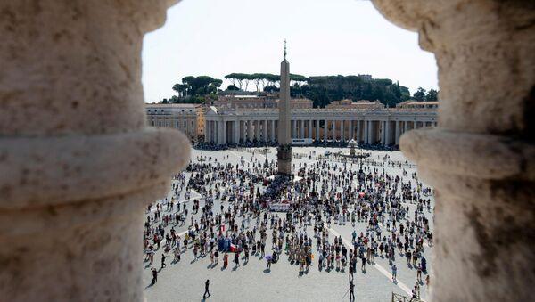 La gente in Piazza San Pietro in Vaticano - Sputnik Italia