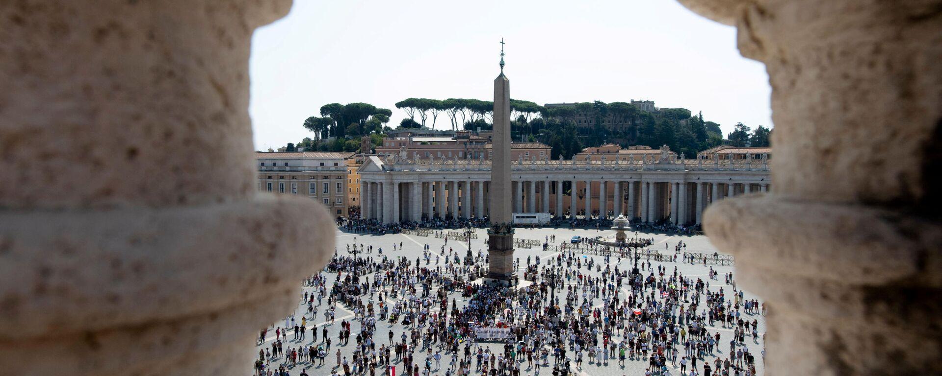 La gente in Piazza San Pietro in Vaticano - Sputnik Italia, 1920, 03.07.2021