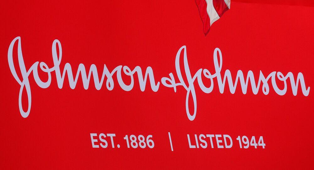 Il logo aziendale di Johnson & Johnson viene esposto per celebrare il 75 ° anniversario della quotazione della società alla Borsa di New York (NYSE) a New York, Stati Uniti, il 17 settembre 2019. REUTERS/Brendan McDermid/File Photo