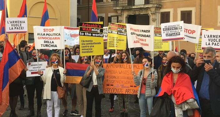 Cartelli alla manifestazione per l'Armenia a Montecitorio