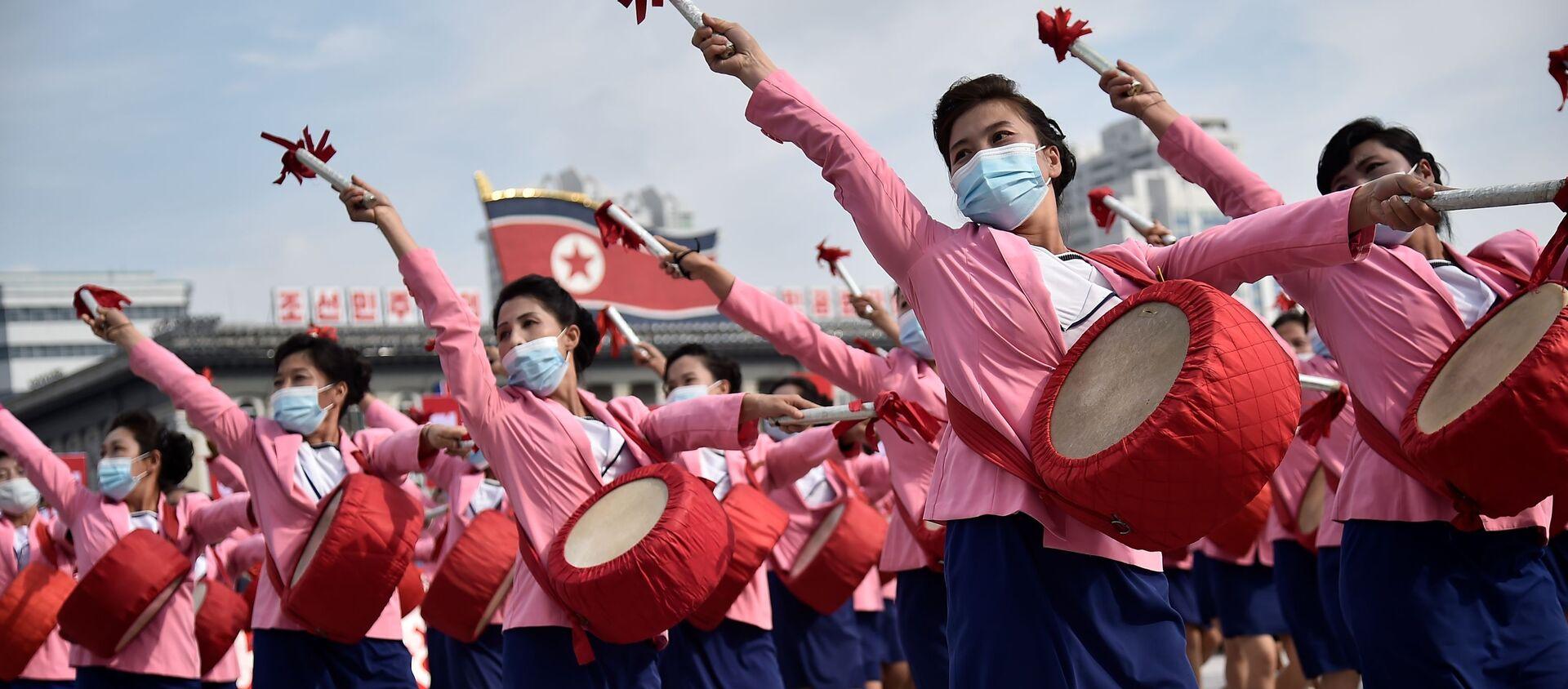 Migliaia di persone in mascherina partecipano alla manifestazione nella piazza Kim Il-sung a Pyongyang, dedicata all'inizio della campagna che durerà 80 giorni a sostegno del prossimo 8° Congresso del Partito dei Lavoratori della Corea Nord nel gennaio 2021 - Sputnik Italia, 1920, 14.10.2020