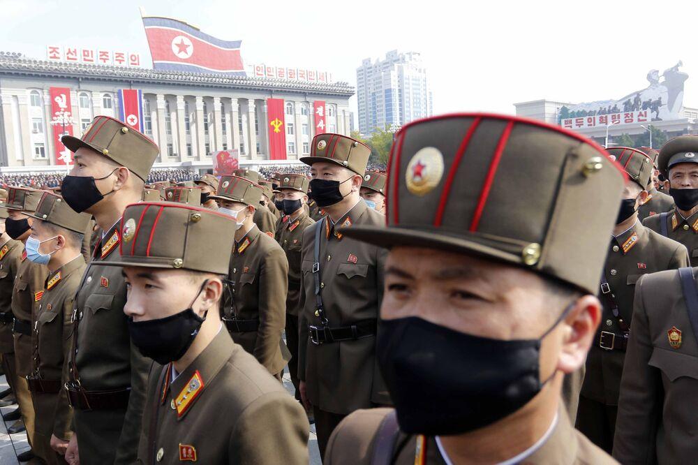 I militari in mascherina partecipano alla manifestazione nella piazza Kim Il-sung a Pyongyang, dedicata all'inizio della campagna che durerà 80 giorni a sostegno del prossimo 8° Congresso del Partito dei Lavoratori della Corea Nord nel gennaio 2021