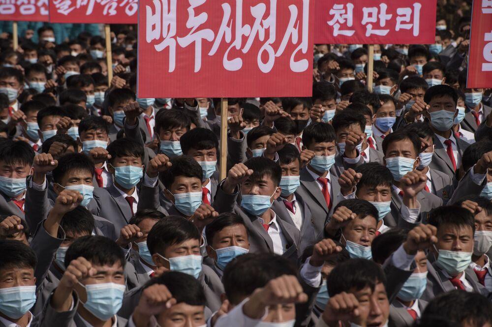 Migliaia di persone in mascherina partecipano alla manifestazione nella piazza Kim Il-sung a Pyongyang, dedicata all'inizio della campagna che durerà 80 giorni a sostegno del prossimo 8° Congresso del Partito dei Lavoratori della Corea Nord nel gennaio 2021