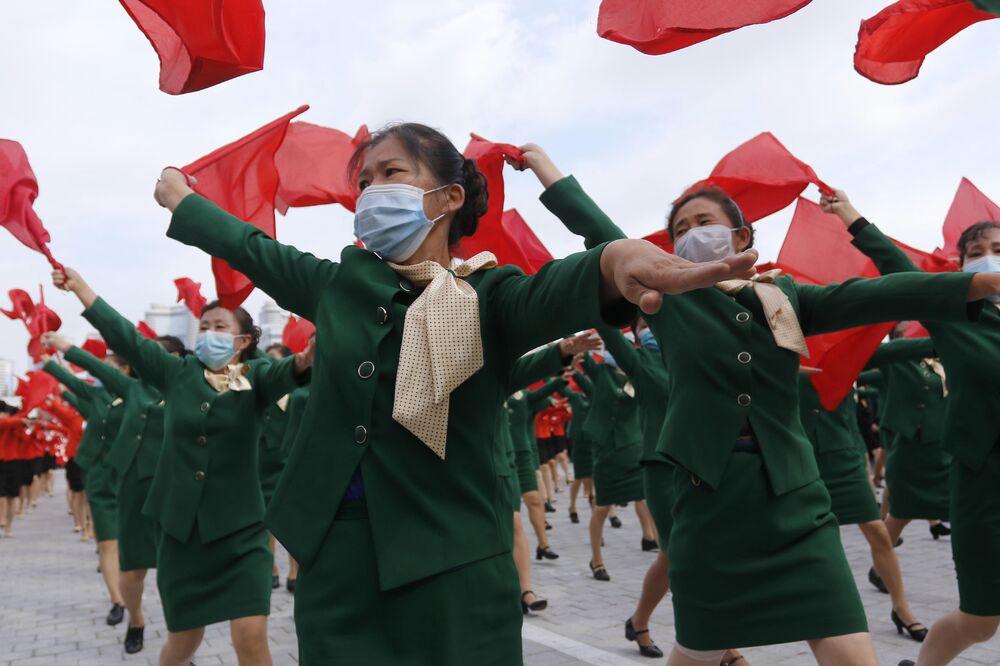 Le donne in mascherina partecipano alla manifestazione nella piazza Kim Il-sung a Pyongyang, dedicata all'inizio della campagna che durerà 80 giorni a sostegno del prossimo 8° Congresso del Partito dei Lavoratori della Corea Nord nel gennaio 2021