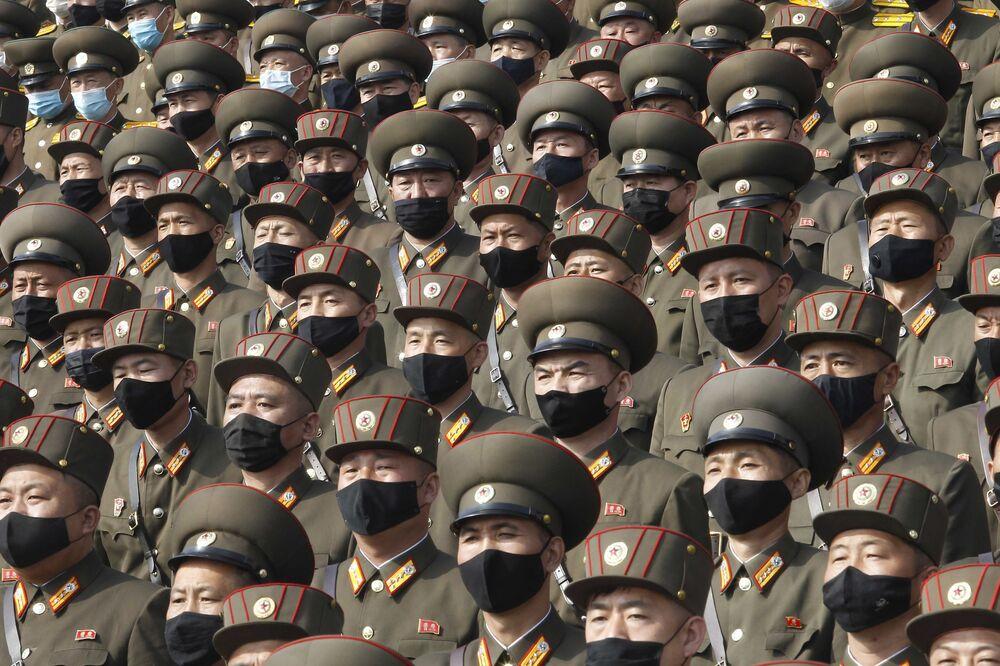 I militari in mascherina partecipano alla manifestazione dedicata all'inizio della campagna a sostegno del prossimo 8° Congresso del Partito dei Lavoratori della Corea in Piazza Kim Il Sung a Pyongyang, Corea del Nord, lunedì 12 ottobre 2020.